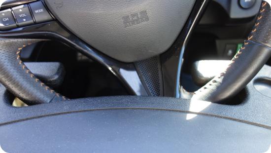 車のハンドルにテーブル